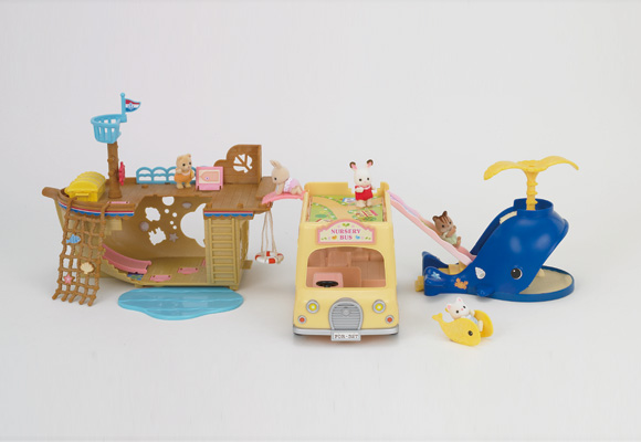 http://cdn2.sylvanianfamilies.net/includes_gl/img/catalog/connect/sylvanian/seasideboat_2F-Bus_kuzira.jpg