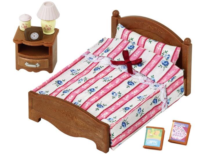 Велике ліжко і тумбочка