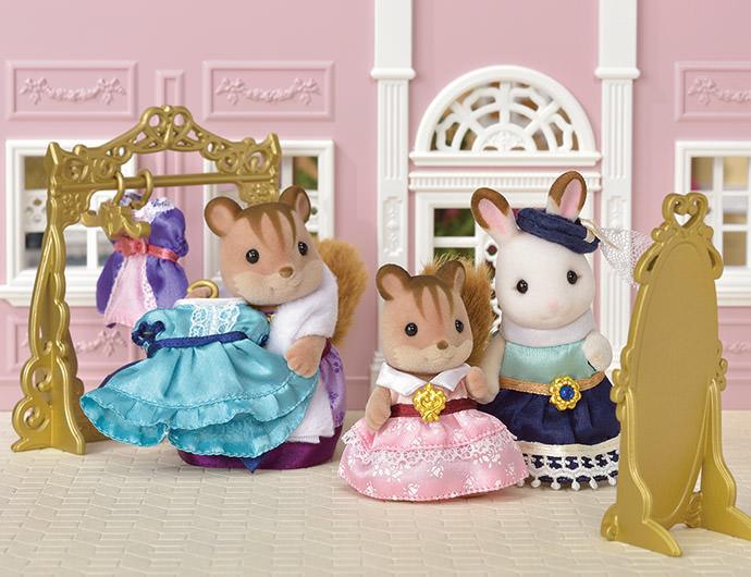 """Stella la grande sœur Lapin Chocolat est créatrice de vêtements. Tout le monde adore ses magnifiques robes.  Un jour, Saffron la fille écureuil roux est venue  dans l'atelier de Stella, acheter une robe avec sa maman. Stella lui confectionna alors une robe rose rien que pour elle.  """" Comment savais-tu que c'était ma couleur de robe préférée ?"""" s'écria joyeusement Saffron.  Peu après, c'est Georgina la maman chat roux qui demanda à Stella une robe pour sa fille Millie."""