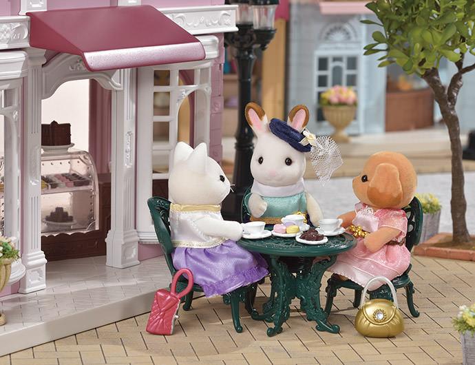 """Stella liebt es, mit ihren Freunden zu plaudern. Sie trifft sich gerne mit Lulu Seidenthhal, der großen Schwester der Seidenkatzen Familie, und Laura, der älteren Schwester der Toy Pudel Familie, und sie reden dann immer studenlang über ihre tollen Jobs.  Wenn ich Kleider entwerfe, denke ich nicht nur an das Kleid"""", sagte Stella immer. """"Ich denke darüber nach, wie ich es schaffen kann, dass sich alle hübsch fühlen und es genießen, meine Kleider zu tragen.  Lulu und Laura verstehen was sie meint.Sie finden es auch schön, anderen Sylvanians eine Freude zu machen."""