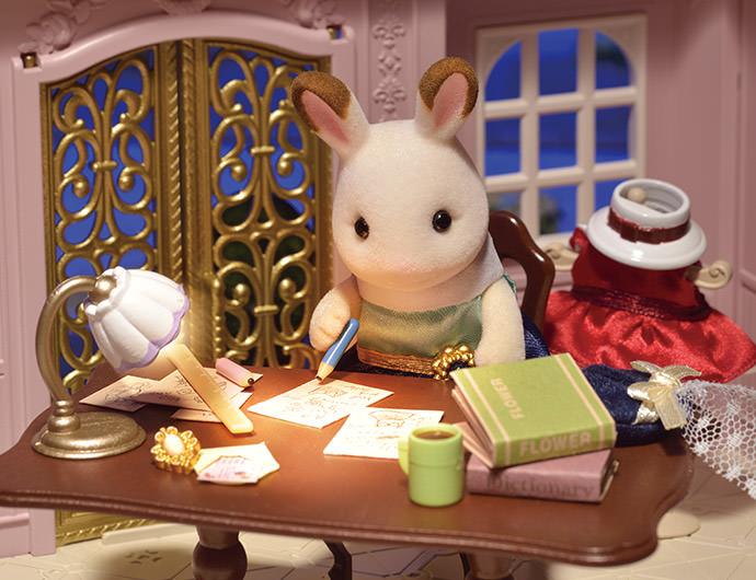 """"""" Je vais réaliser ma plus belle création pour ma petite soeur !"""" pensa Stella.  Stella pensa à plusieurs robes qui seraient parfaites pour Freya. Elle y mit tous son cœur  à tel point qu'elle perdit la notion du temps.   """"Voyons… laquelle Freya préférera?"""" Pensa t-elle.   C'est alors qu'elle eu une merveilleuse idée !"""