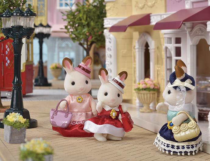 """En plus de la robe pour sa petite soeur, Stella décida de créer une autre robe  pour sa maman Teri. Ainsi Freya et Teri pourront porter des robes assorties lorsqu'elles sortiront ensemble à la ville.   Freya et Teri sont sous le charme de leurs nouvelles robes ! Elles sont donc allées en ville ,vêtues de leurs nouvelles tenues pour remercier Stella.  """" Cette robe! C'est exactement ce dont je rêvais !"""" dit joyeusement Freya à Stella.   Voir Freya et Teri si heureuses la rendait encore plus fière de son travail"""